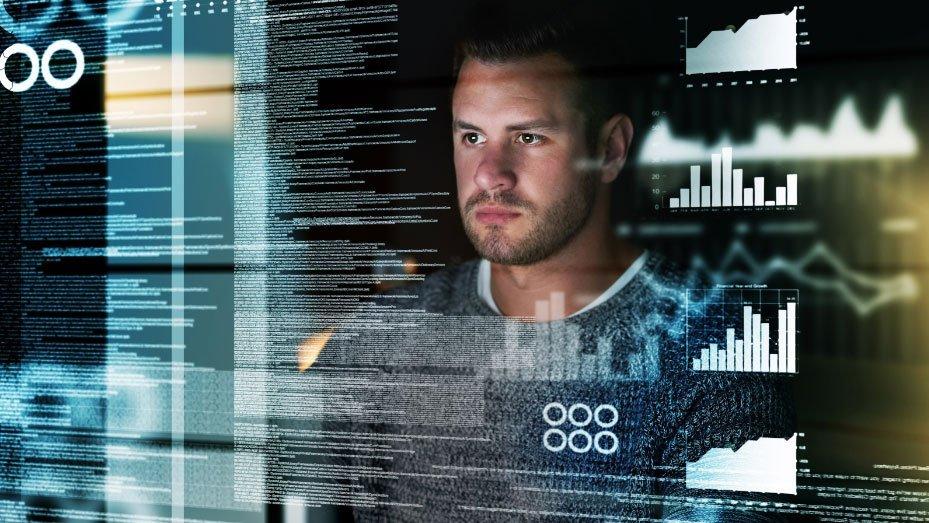 Gesicht eines Mannes, der aufmerksam auf mehrere Ebenen von durchscheinendem Text und Diagrammen blickt