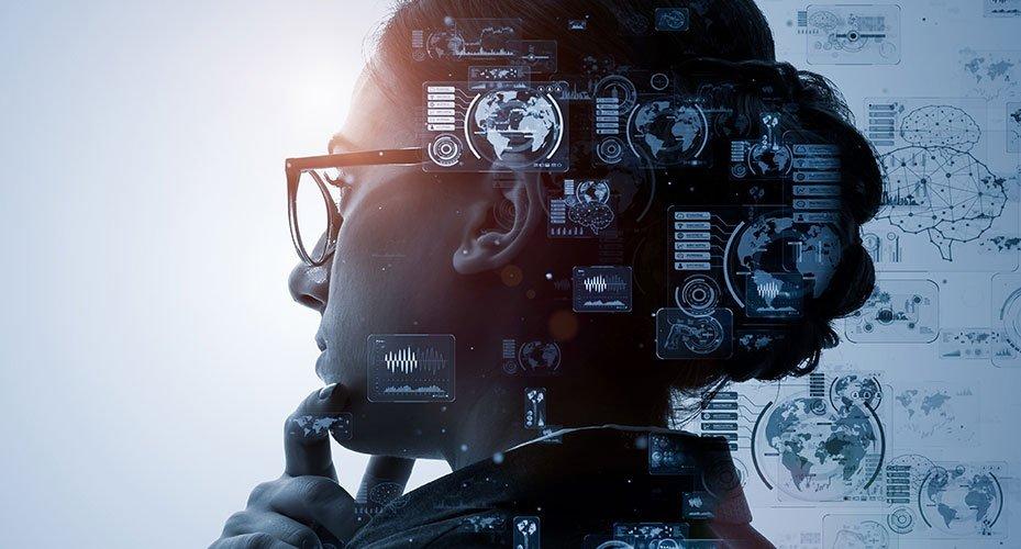 Der Kopf einer Frau mit überlagerten digitalen Daten und Infografiken