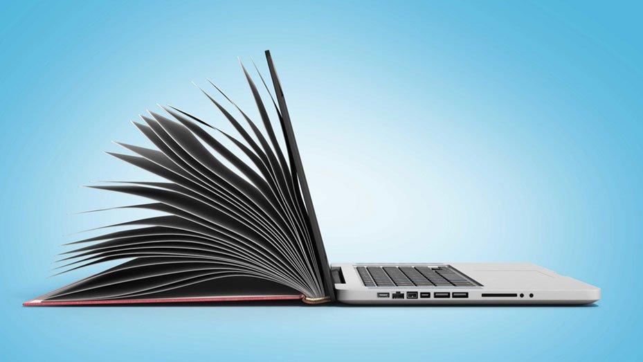 Hybridbild aus offenem Buch und Laptop