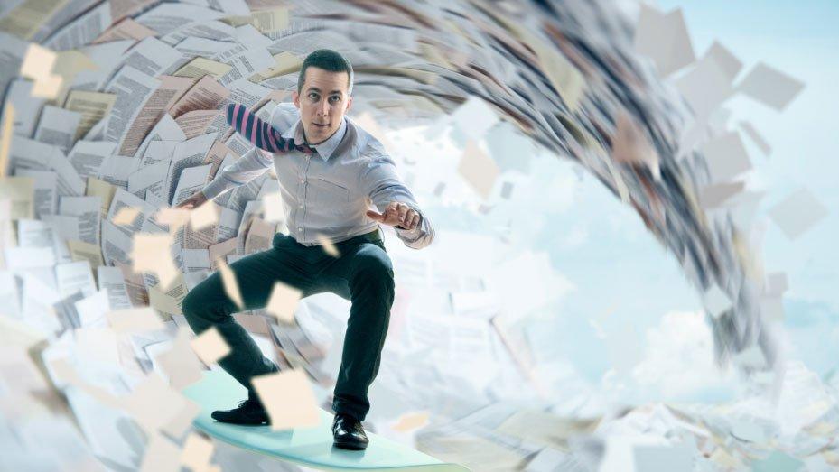 Mann surft auf einer Welle aus Dokumenten