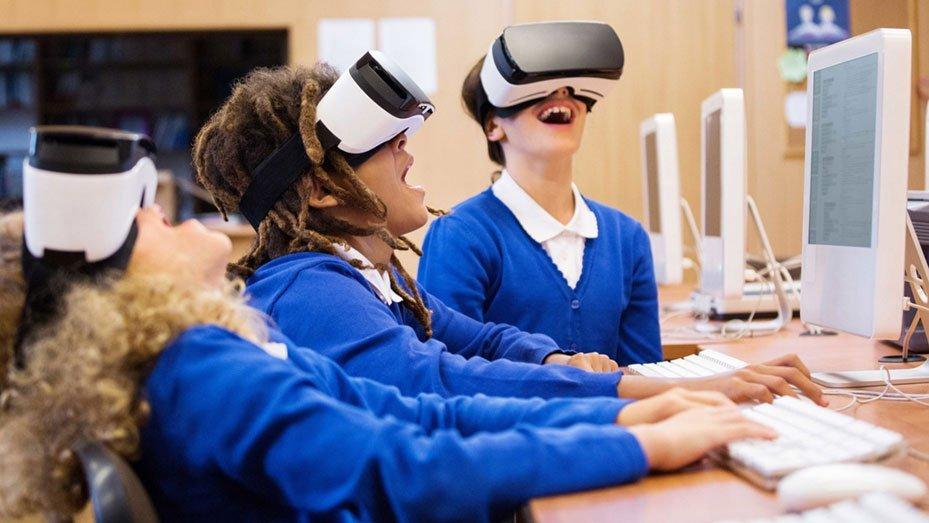 Drei aufgeregte Kinder mit VR-Headsets