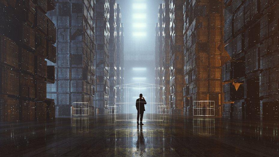 Man standing in dark Data Warehouse Headerbild Blogbeitrag